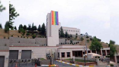 Orlando saldırısında hayatını kaybedenler anısına İstanbul'da ABD Başkonsolosluğu'na asılan Gökkuşağı Bayrağı